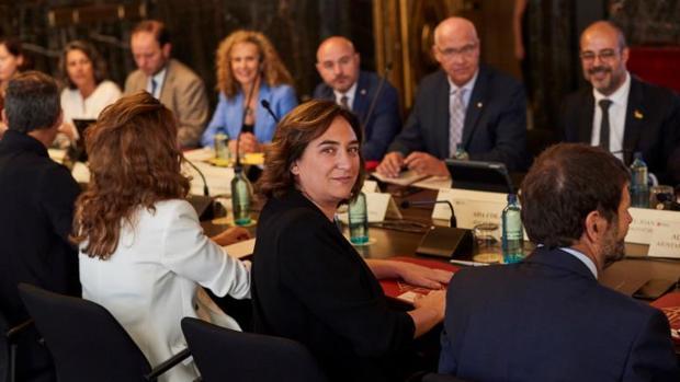 Colau, en primer plano, la semana pasada antes de una reunión de seguridad sobre Barcelona