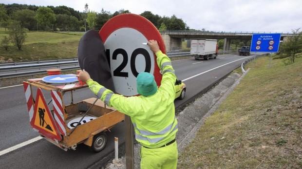 Límite de velocidad en una autovía, en una imagen de archivo
