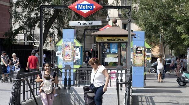 Salida de la estación de Metro de Tribunal