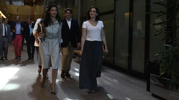 Rocío Monasterio e Isabel Díaz Ayuso, este viernes, tras la reunión en la Asamblea de Madrid