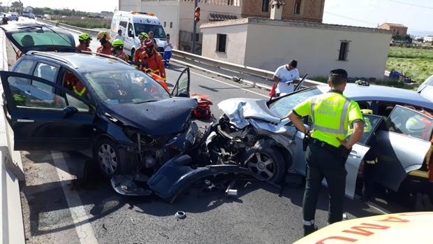 La Guardia Civil y los servicios de Emergencias junto a los dos coches tras la aparatosa colisión frontal