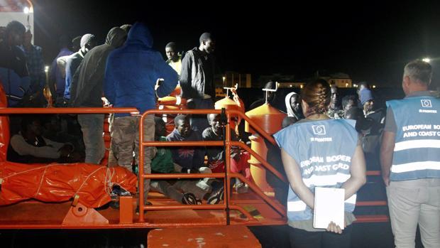 Las 35 personas de origen subsahariano que han sido rescatadas en una patera cerca de la isla de Alborán