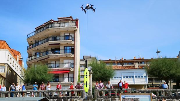 Un dron traslada un salvavidas en la playa de Silgar (Sanxenxo)