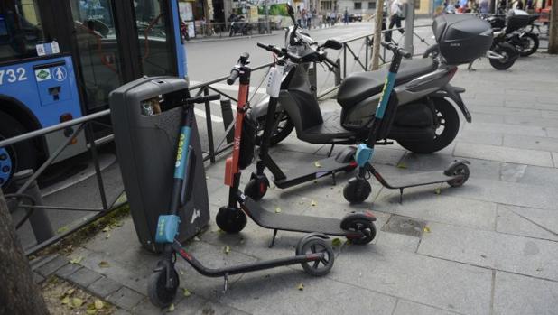 Patinetes eléctricos aparcados en una calle