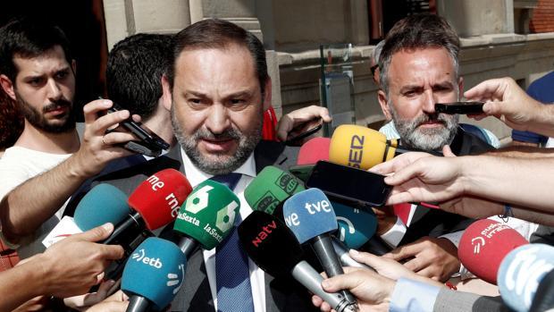 El ministro de Fomento, José Luis Ábalos a su llegada al acto de investidura de la socialista María Chivite