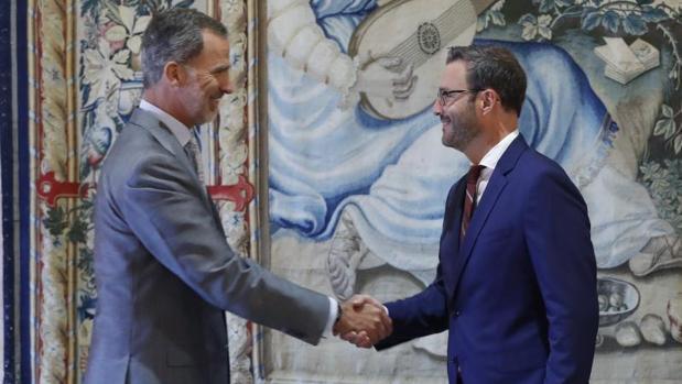 Don Felipe recibe el saludo del alcalde de Palma, José Hila