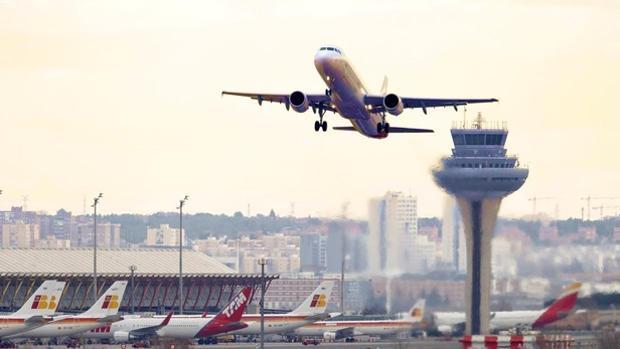 Un avión despega del aeropuerto de Barajas