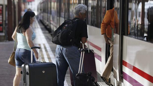 Pasajeros se suben a un tren de Media Distancia, los más afectados de la huelga en Castilla y León