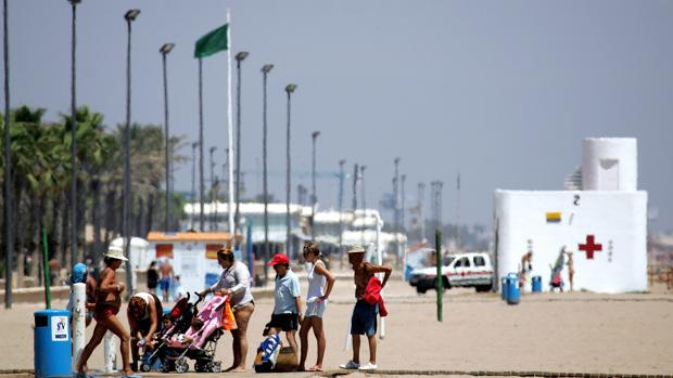 Imagen de archivo de la playa de La Malvarrosa con la bandera verde