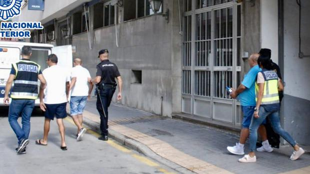 Agentes de la Policía Nacional custodian a los trileros detenidos en Benidorm