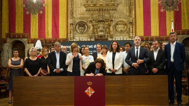 La alcaldesa de Barcelona, Ada Colau, firma el libro de condolencias por los atentados en Cataluña en 2017