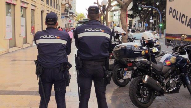 Dos policías nacionales en tareas de vigilancia