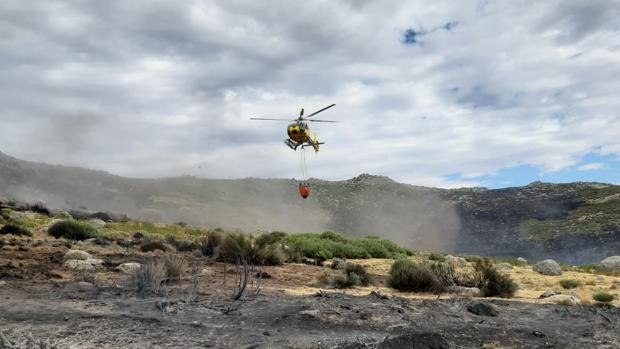 Helicóptero en los trabajos de extinción de El Raso Candeleda