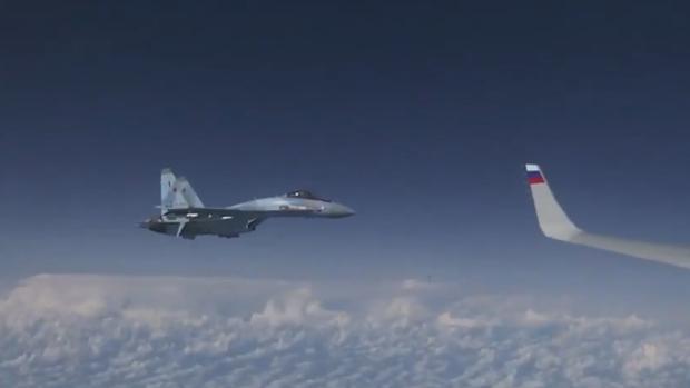F-18 español sobre el Báltico junto al Su-27 ruso