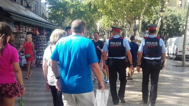 Mossos d'Esquadra por La Rambla de Barcelona