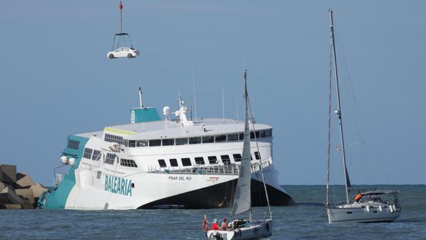 Empiezan a recuperar los coches atrapados en el buque encallado en Denia