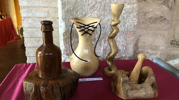 Diversas obras de Bautista Pérez expuestas en las Cuevas de Hércules