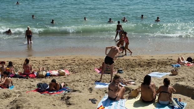La playa de la Barceloneta, una de las más concurridas de la capital catalana, en una foto de archivo