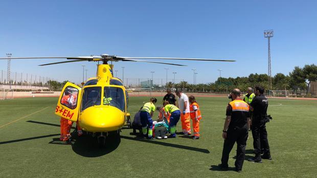 Traslado de un herido en un helicóptero del SAMU