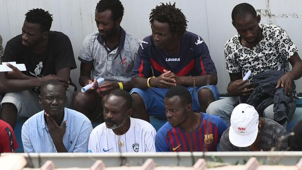 Inmigrantes del Open Arms, al ser desembarcados en Lampedusa