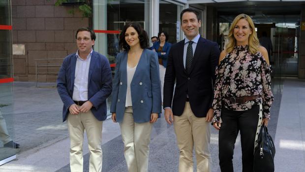 De izquierda a derecha: el alcalde de Madrid, José Luís Martínez Almedia, la presidenta de la Comunidad de Madrid, Isabel Díaz Ayuso, el secretario general del PP, Teodoro García y la vicesecretaria de Organazición, Ana Beltrán
