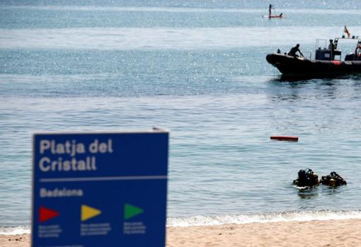 Imagen de los operativos de la Guardia Civil analizando la situación del artefacto encontrado en una playa de Badalona (Barcelona)