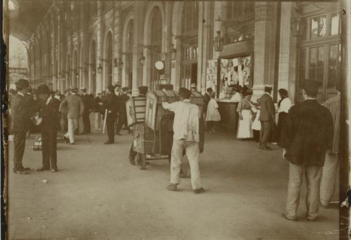 Fotografía tomada a finales de agosto en 1906 que muestra decenas de viajeros volviendo de las vacaciones en la Estación del Norte