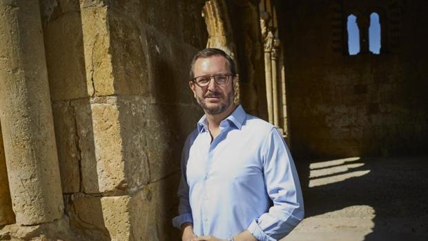 Maroto, en el pórtico de la iglesia de San Miguel de Sotosalbos, a pocos metros de su vivienda