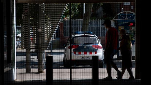 Policias en un barrio barcelonés afectado por la inseguridad