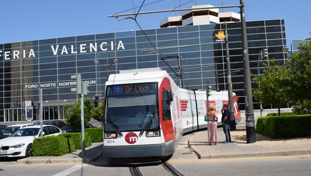Imagen del tranvía frente a las instalaciones de Feria Valencia