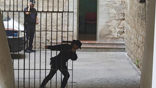 Imagen de archivo de dos agentes de la Policía Nacional