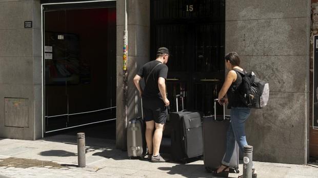 Dos turistas llegan al edificio de pisos turísticos de la calle del Príncipe
