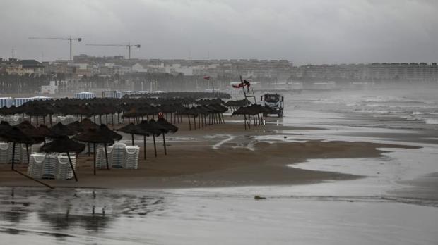 Aspecto que ofrecía este jueves la playa en Valencia por el mal tiempo