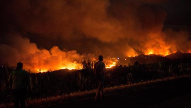 El incendio forestal de A Gudiña se acercó durante la madrugada peligrosamente a las casas