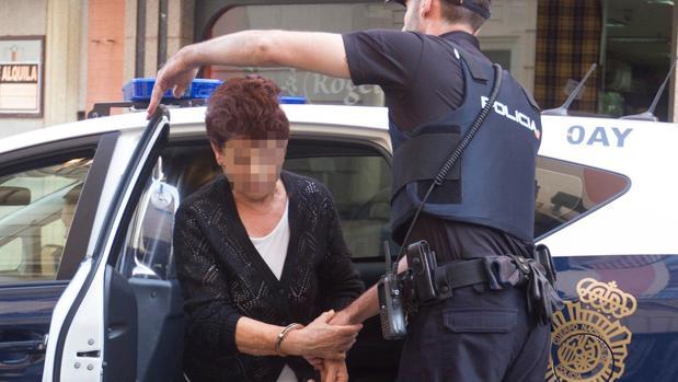 La anciana detenida por la muerte de su marido llega a los juzgados de la capital zamorana a prestar declaración
