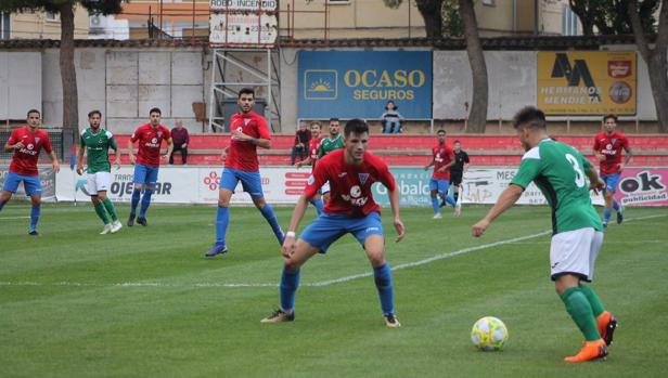 Álex Alonso, defensa del Toledo, intenta un avance en La Roda