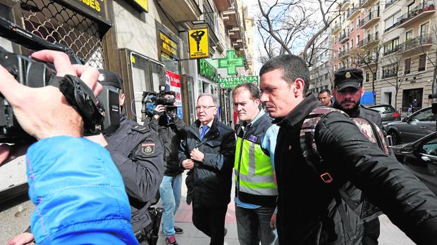 Luis Pineda, llevado a un registro por la Policía tras su detención