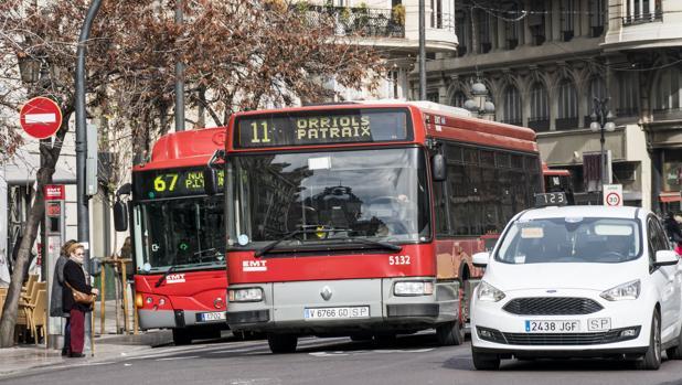 Imagen de archivo de unos autobuses de la EMT de Valencia