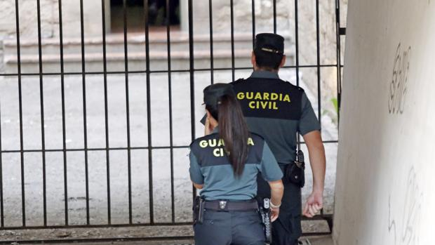 Imagen de archivo de dos agentes de la Guardia Civil en Alicante