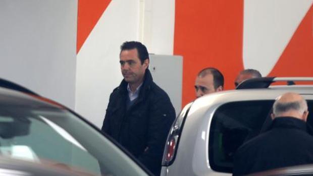 El acusado del crimen, Miguel López, en el concesionario de coches que regentaba, donde murió su suegra de dos tiros en la cabeza