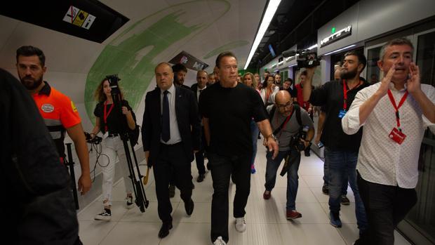 Schwarzenegger durante su visita al metro de Barcelona
