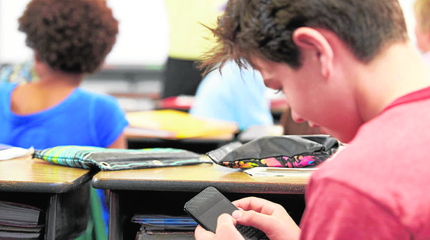 Madrid prohibirá los móviles en colegios: El 15% de los alumnos admite que lo atiende en clase