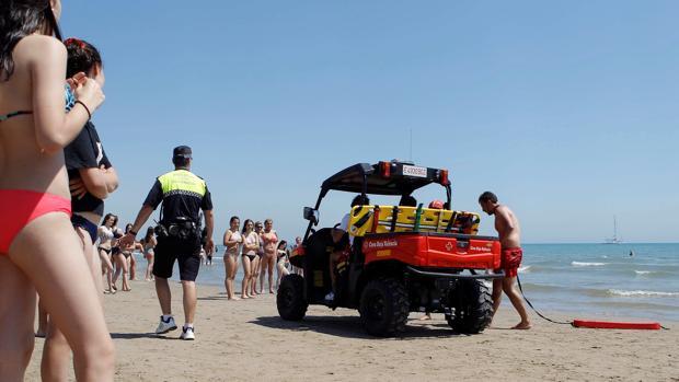Un policía local en una intervención en la playa en Valencia