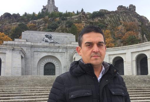 magen del senador Carles Mulet delante del Valle de los Caídos difundida por Compromís