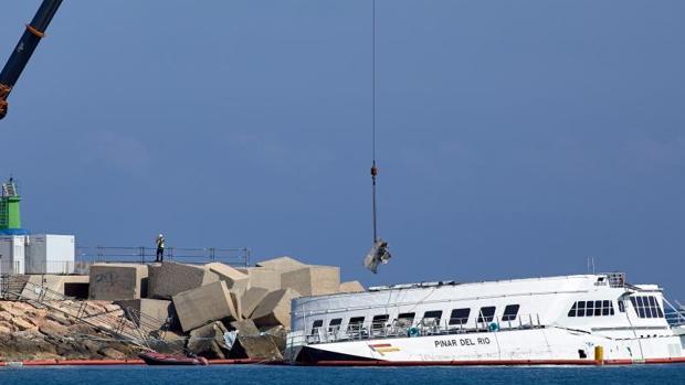 Operaciones de desguace por piezas del ferry Pinar del Río en la escollera de Dénia (Alicante)