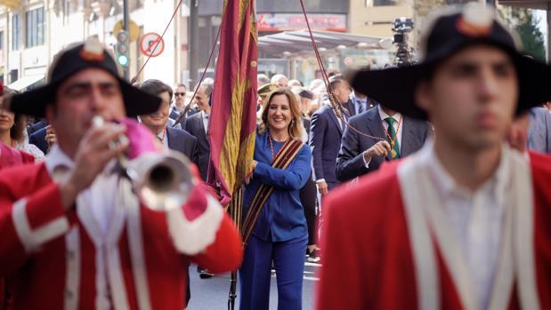 María José Catalá porta la Senyera durante la procesión cívica