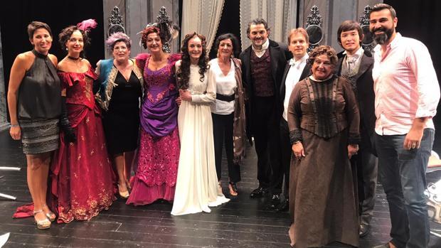 Artistas de la compañía lírica Ópera 2001 con la directora del Auditori Teulada Moraira, Maite Serrat
