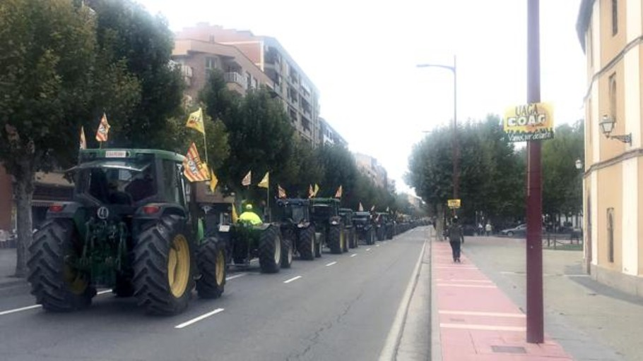 Masiva concentración de tractores en Calatayud para protestar por la crisis del sector frutícola