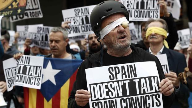 Centenares de personas, convocadas por la ANC y Pícnic per la República, protestan en las inmediaciones de la Catedral de Barcelona