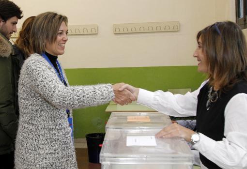 La número uno al Congreso del PP por Palencia, Milagros Marcos, vota en el Instituto Jorge Manrique
